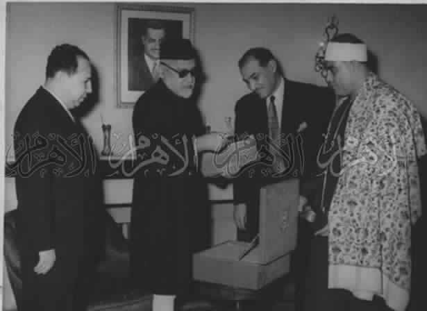 محمود خليل الحصرى مع بعض الشخصيات.