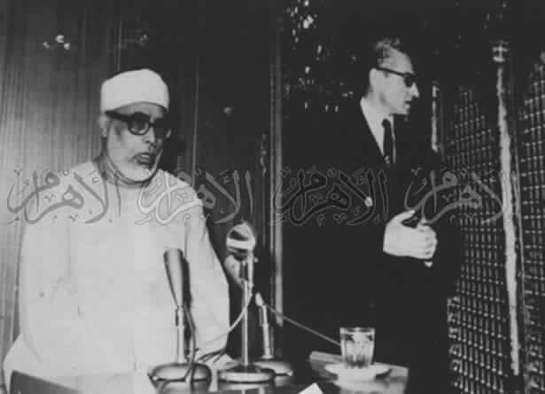 محمود خليل الحصرى مع شاه إران عند ضريح الحسن