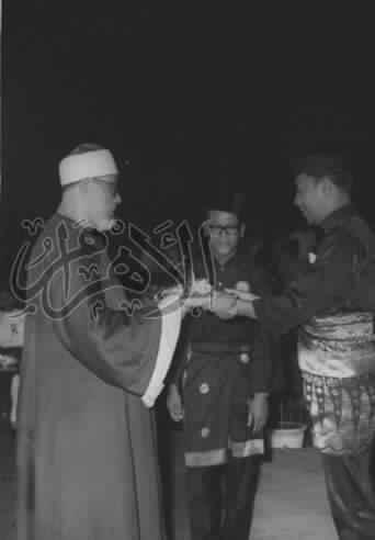 محمود خليل الحصرى يتسلم صينيه فضة من ملك ماليزيا